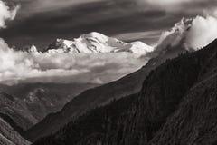 Sikt av det Mont Blanc maximumet från gummilackad'Emosson nära schweizisk stad av Finhaut och fransk stad av Chamonix Arkivfoton