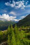 Sikt av det Mont Blanc maximumet från gummilackad'Emosson nära schweizisk stad av Finhaut och fransk stad av Chamonix Royaltyfri Bild
