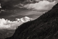 Sikt av det Mont Blanc maximumet från gummilackad& x27; Emosson nära schweizisk stad av Finhaut och fransk stad av Chamonix Arkivfoton