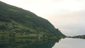 Sikt av det morgonsjön och berget i de Carpathians bergen stock video