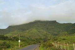 Sikt av det Purandar fortet i regnig säsong, Pune arkivbilder