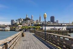 Sikt av det San Francisco centret från skeppsdockan royaltyfri fotografi