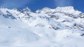 Sikt av det snöig alpina landskapet stock video