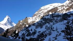 Sikt av det snöig Matterhorn maximumet i den tidiga vårmorgonen lager videofilmer