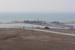 Sikt av det spottade Tuzlaet och konstruktionen av en bro över den Kerch kanalen, från Taman, som av mars 2016 Arkivfoto