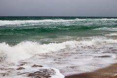Sikt av det stormiga havet från kusten Arkivbild