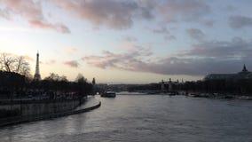 Sikt av det svullna Seinet River och Ponten Alexandre III från Pont de la Concorde arkivfilmer