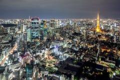 Sikt av det Tokyo tornet och Tokyo Skytree från Mori Tower, Roppongi Hills, Tokyo, Japan arkivbilder