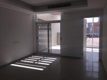 Sikt av det tomma sovrummet och balkongen med solljus som inom kommer Splitterny Real Estate arkivfoton