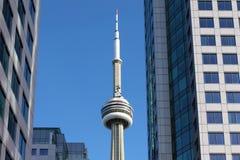 Sikt av det Toronto CN-tornet mellan två byggnader Royaltyfri Bild