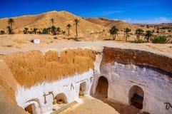 Sikt av det traditionella berberbeduinhuset i den Sahara öknen i Tunisien Fotografering för Bildbyråer