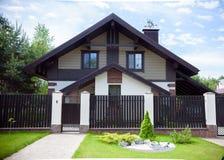 Sikt av det traditionella europeiska huset med blå himmel Arkivfoton
