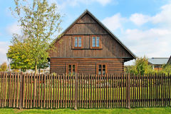 Sikt av det traditionella europeiska träbyhuset Arkivfoto