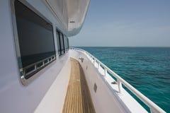 Sikt av det tropiska havet från den privata lyxiga yachten Fotografering för Bildbyråer