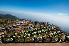 Sikt av det turist- tältet som campar på områdeberget i semester koppla av handelsresandegränsmärkestället nära klippkanten på th royaltyfria bilder