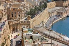 Sikt av det Valletta Malta stadslandskapet som en mosaik med mycket små bilar och hus som detaljer fotografering för bildbyråer