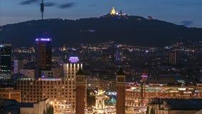 Sikt av det Venetian tornet på Espanya fyrkantdag till natttimelapse, Tibidabo på bakgrund Barcelona spain lager videofilmer