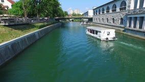 Sikt av det vita fartyget som svävar på floden i Ljubljana lager videofilmer