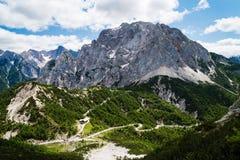 Sikt av det Vrsic passerandet i Julian Alps Arkivbilder