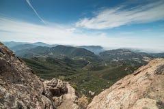 Sikt av dimmiga Malibu och Stilla havet från toppmötet av sandstenmaximumet, Santa Monica Mountains National Recreation Area, CA royaltyfria foton
