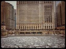 Sikt av djupfrysta Chicago River och snöflingor under tungt morgonsnöfall royaltyfria bilder
