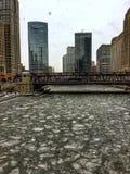 Sikt av djupfrysta Chicago River och snöflingor under tungt snöfall fotografering för bildbyråer