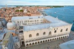 Sikt av Doge&en x27; s-slott och staden av Venedig i Italien Royaltyfri Fotografi