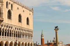 Sikt av doges slott på den San Marco fyrkanten, Venedig, Royaltyfria Bilder