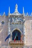 Sikt av doges slottfasaden i Venedig, Italien royaltyfri fotografi