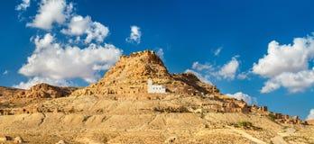 Sikt av Doiret, enlokaliserad berberby i södra Tunisien Arkivfoton