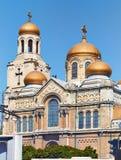 Sikt av domkyrkan av antagandet i Varna arkivbild