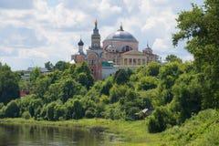 Sikt av domkyrkan av Boris och Gleb på en solig Juli dag Kloster för Boris och Gleb man` s Torzhok Ryssland royaltyfri fotografi