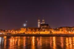 Sikt av domkyrkan av Magdeburg och floden Elbe på natten med royaltyfria bilder