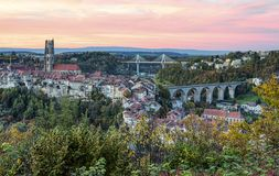 Sikt av domkyrkan, den Poya och Zaehringen bron, Royaltyfria Bilder