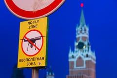 Sikt av domkyrkan för St-basilika` s på röd fyrkant Afton för solnedgång Inget flugazontecken Förböd surr förbjuda kremlin arkivfoto