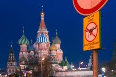 Sikt av domkyrkan för St-basilika` s på röd fyrkant Afton för solnedgång Inget flugazontecken Förböd surr förbjuda kremlin royaltyfri fotografi