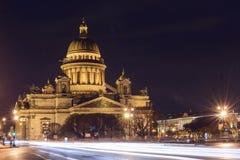 Sikt av domkyrkan för St Isaacs på natten, St Petersburg Royaltyfria Foton