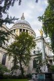 Sikt av domkyrkan för St Paul ` s, London, England Royaltyfria Foton
