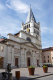Sikt av domkyrkan i stadsmitt av Annecy Arkivfoto