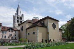 Sikt av domkyrkan i stadsmitt av Annecy Arkivfoton