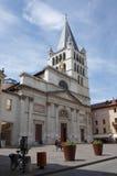 Sikt av domkyrkan i stadsmitt av Annecy Arkivbilder