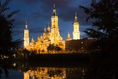 Sikt av domkyrkan i Zaragoza från Ebro River i afton Royaltyfri Foto