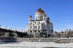 Sikt av domkyrkan av Kristus frälsaren från den Bersenevskaya invallningen i mars royaltyfria bilder