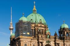 Sikt av domkyrkan och televisiontornet, Berlin royaltyfri bild