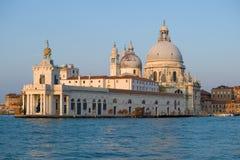 Sikt av domkyrkan av Santa Maria della Salute i morgonen av September italy venice royaltyfri fotografi