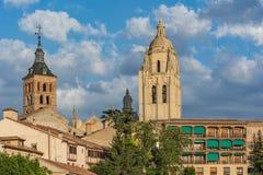 Sikt av domkyrkan av Segovia och den romanska kyrkan av San Esteban i Segovia Spanien royaltyfri fotografi