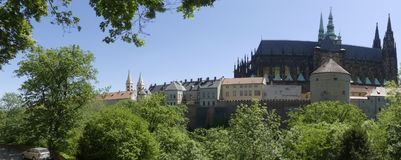 Sikt av domkyrkan av St Vita i Prague Royaltyfri Foto