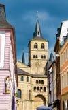 Sikt av domkyrkan av trieren från den Hauptmarkt fyrkanten i trieren, Tyskland Arkivbild