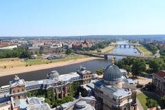 Sikt av Dresden cityscape med floden Elbe, Bruhls terrass, konstakademin och Sachsen det statliga departementet av finanser Royaltyfri Foto