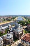 Sikt av Dresden cityscape med floden Elbe, Bruhls terrass, konstakademin och Sachsen det statliga departementet av finanser Arkivfoto